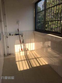 龍泉小區多層二樓114平簡裝三室帶車庫售價52萬